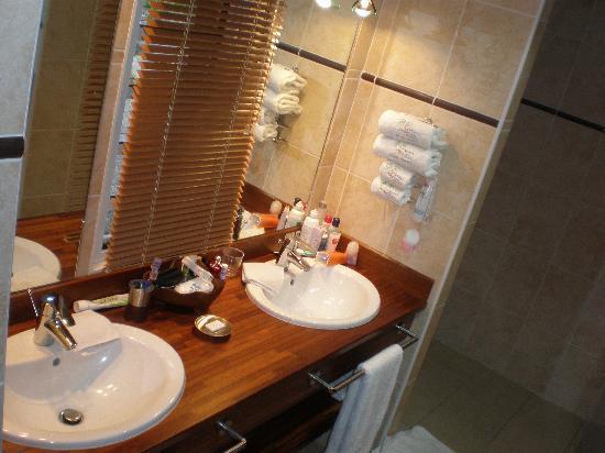 Escale Tropicale: salle de bain villa azur