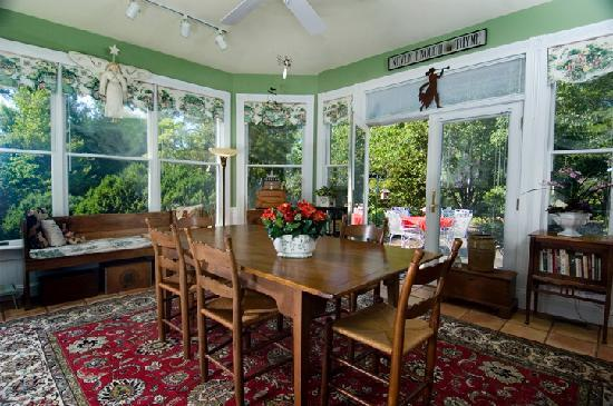 Cross House Garden Inn: SUNROOM