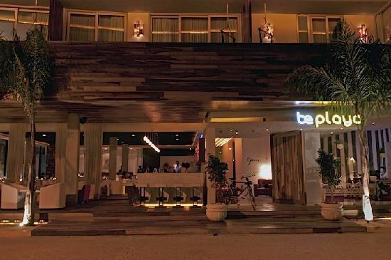 โรงแรมบี พลายา: The Entrance and Restaurant.