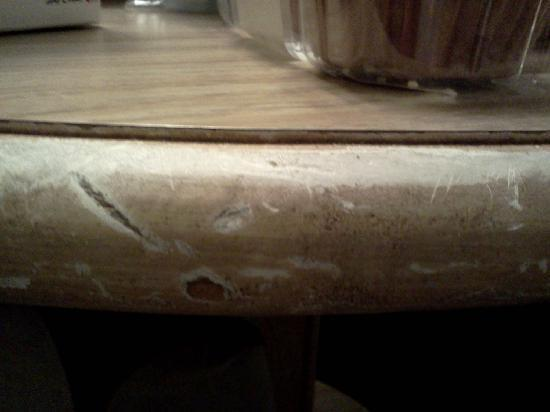 Shilo Inn Suites Hotel - Newport: scuffed up/worn out table