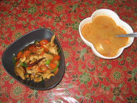 3rd street cafe & Guesthouse : the cashew chicken & tom yum goong soup we made