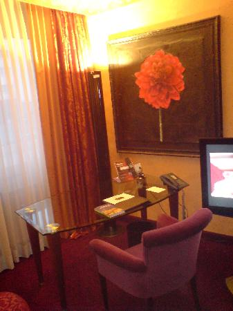 currywurst pommes und burger bild von savoy hotel k ln tripadvisor. Black Bedroom Furniture Sets. Home Design Ideas