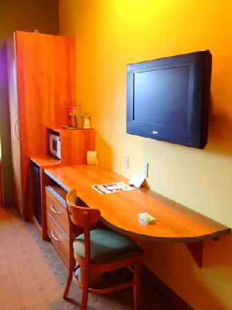 Microtel Inn & Suites by Wyndham York: plenty of space and nice tv