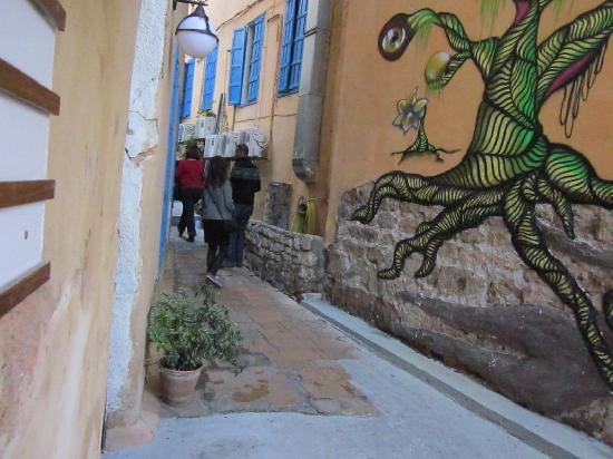 Saifi Urban Gardens: Cool drawings on the wall
