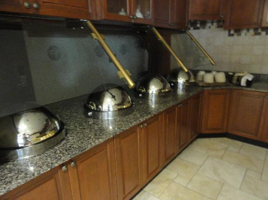 Drury Inn & Suites Charlotte Northlake: Breakfast and dinner buffet/area