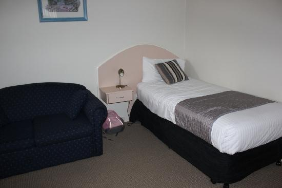 Quality Inn City Centre: Lounge room with single bed