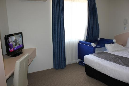 Quality Inn City Centre: Bedroom (the portacot is our own)