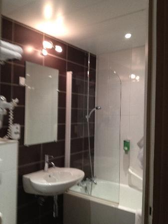 Best Western Star Champs Elysees: banheiro bom e com banheira