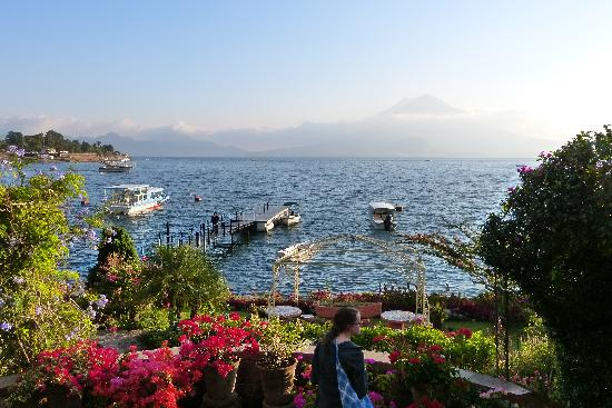 Hotel Atitlan: Lake Atitlan, Partial shot of the gardens