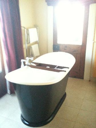 Akaroa House: NIce tub