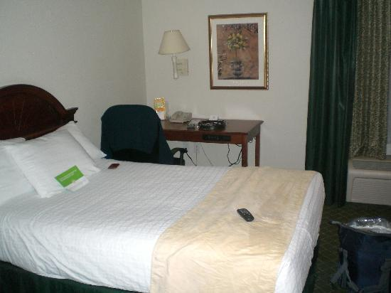 La Quinta Inn & Suites Deming: Room with Fridge
