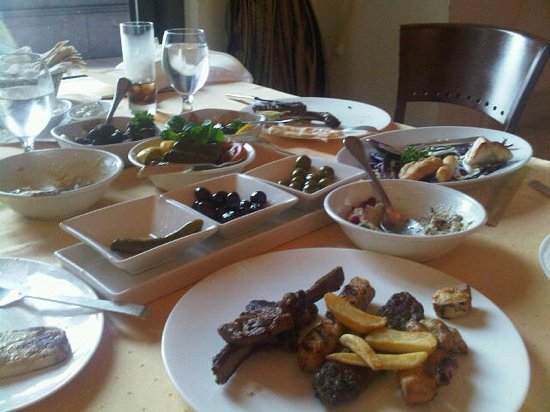 Diwan L'Auberge: appetizers! we could not wait to start eating