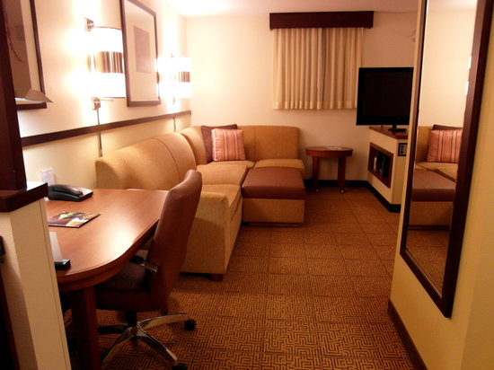 ‪‪Hyatt Place Richmond Airport‬: Couch, desk and tv‬