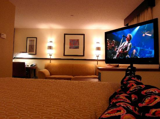 Hyatt Place Richmond Airport: Watching tv from the comfy bed-- great room!