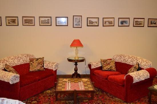 Rosie's Inn: Guest living room