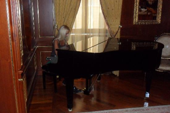 Grand Hotel Wagner: Nella hall: il pianoforte.