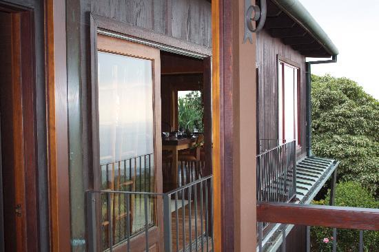 Holualoa Inn: From outside, looking into the breakfast area