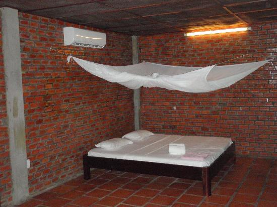 Mai Spa & Resort: Firm, queen bed with mozzie netting