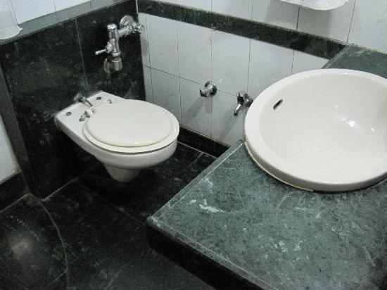 Hotel Chicago: Clean bathroom