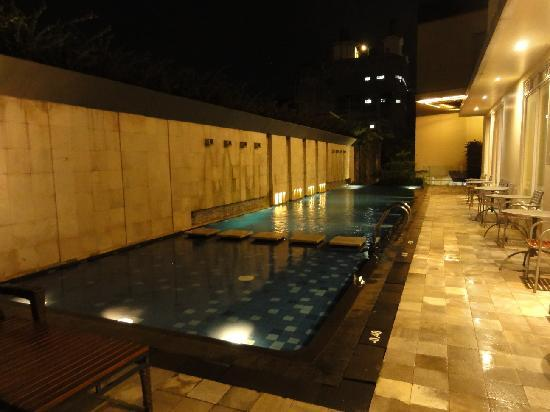 โรงแรมโนโวเทล บันดุง: Swimming pool, unfortunately it's quite small comparing to other Novotel that I stay