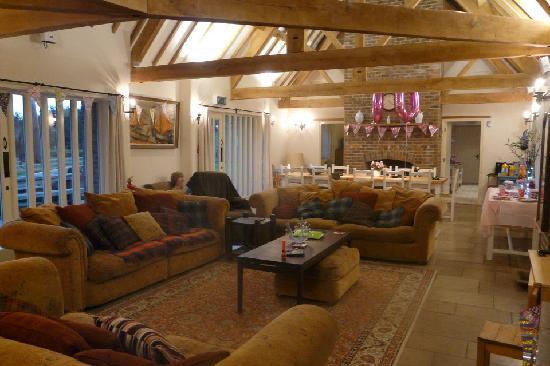Greenwood Grange Farm Cottages: The huge lounge in Henchard