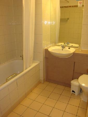Travelodge Dublin City Centre, Rathmines: The bathroom, pretty clean