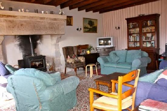 Maureville Chambres D'Hotes: Lounge with wood burner