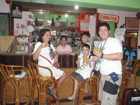 Lola Itang Pension House and Restaurant: my family w/miss meggy,owner&manager