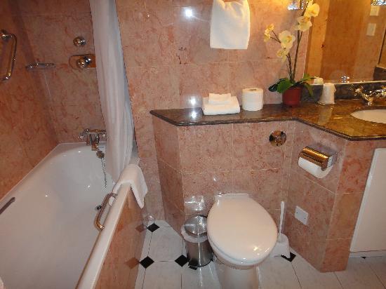 Richmond Inn Hotel: clean bathroom