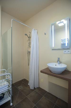 Residence Hoteliere En Aparte : salle de bain, douche à l'italienne