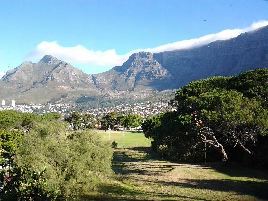 Mountain Magic Garden Suites: Table Mountain view from Braai area