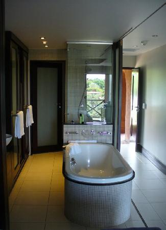 San Lameer Resort Hotel & Spa: Room, with view reflected in shower wall