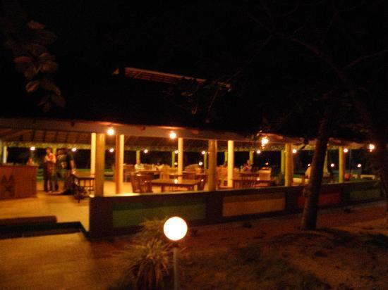 Marari Fishermen Village Beach Resort: Restaurant at night