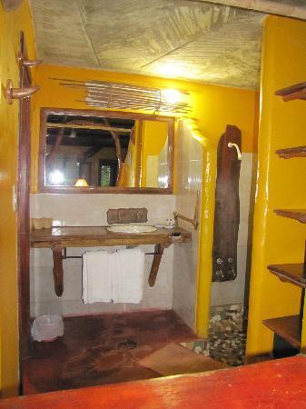 Yacutinga Lodge: Shower and sink area