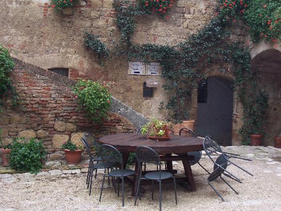 Agriturismi Il Castello La Grancia: il cortile