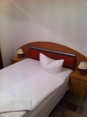 Hotel Adam: Sengen, ren og fin - men ikke så god.