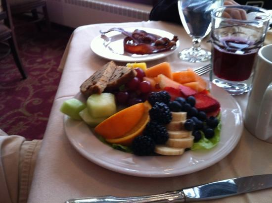 Stafford's Perry Hotel: fabulous fruit plate at the Rose Room