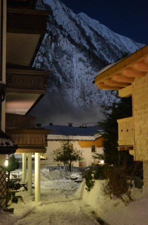 Mauracherhof: Moonlit view of the mountain from the hotel parking