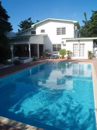 B&B Sombre di Kabana: Pool mit Haupthaus
