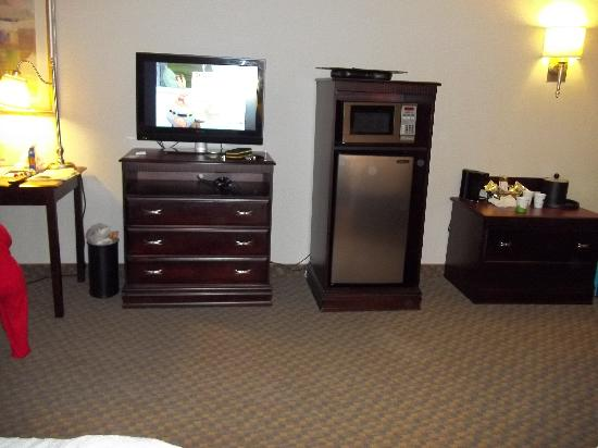 Hampton Inn Syracuse Clay: Room 410 Flat Screen TV, Micro/Fridge
