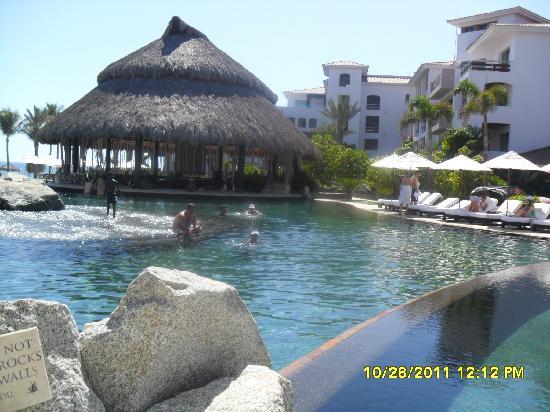 Cabo Azul Resort: Infinity pool with swim up bar