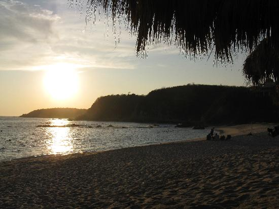 Manta Raya Hotel : Sunset on the beach to our right
