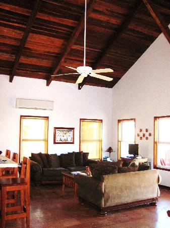 El Pescador Resort: Living area with Beautiful wood ceilings