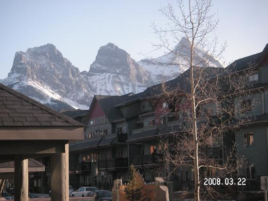 Windtower Lodge & Suites: Three Sister Mountains