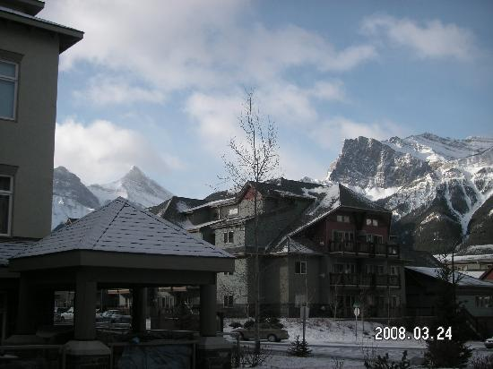 Windtower Lodge & Suites: Mountains behind lodge
