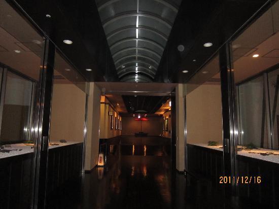 Manyo Onsen: 映画館の通路