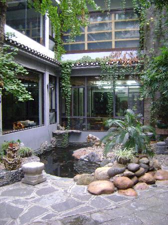 Aroma Tea House: Garden at the hotel