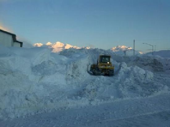 Mountain Sky Hotel: The dozer getting snow moved so we can park...love it..