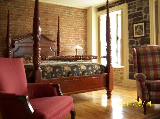 Maison du Fort: One side of the bedroom