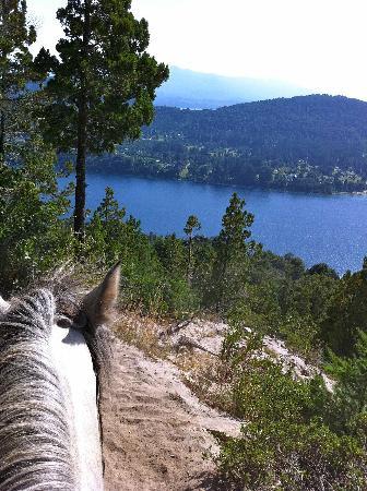 Cabalgatas Tom Wesley : Blick auf den See während des Ausritts auf der Bergroute